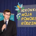 Pan Łukasz Grochowski ze Stowarzyszenia Archiwistów Polskich wita przybyłych na uroczystość gości.