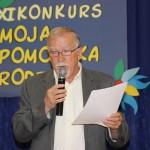 Pan Krzysztof Kowalkowski z Pomorskiego Towarzystwa Genealogicznego wita przybyłych na uroczystość gości.