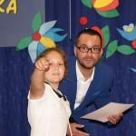Jedna z laureatek konkursu pokazuje panu Dyrektorowi Grzegorzowi Szczuce z Wydziału Rozwoju Społecznego Urzędu Miasta Gdańska swoją konkursową pracę.