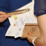 Wręczanie nagród. Nauczycielki opiekujące się uczniami biorącymi udział w konkursie otrzymały pamiątkowe dyplomy i notatniki.